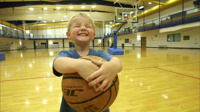 Baby spielt Basketball wie ein Profi