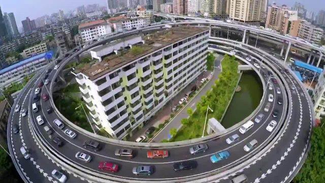 Autobahnkreisel verläuft um Wohnhaus