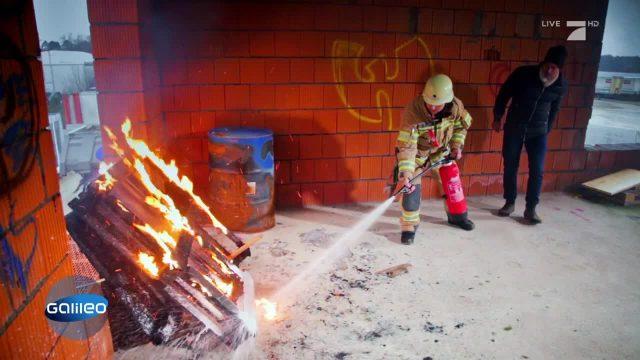 Feuerlöscher: Wie löscht man ein Feuer richtig?
