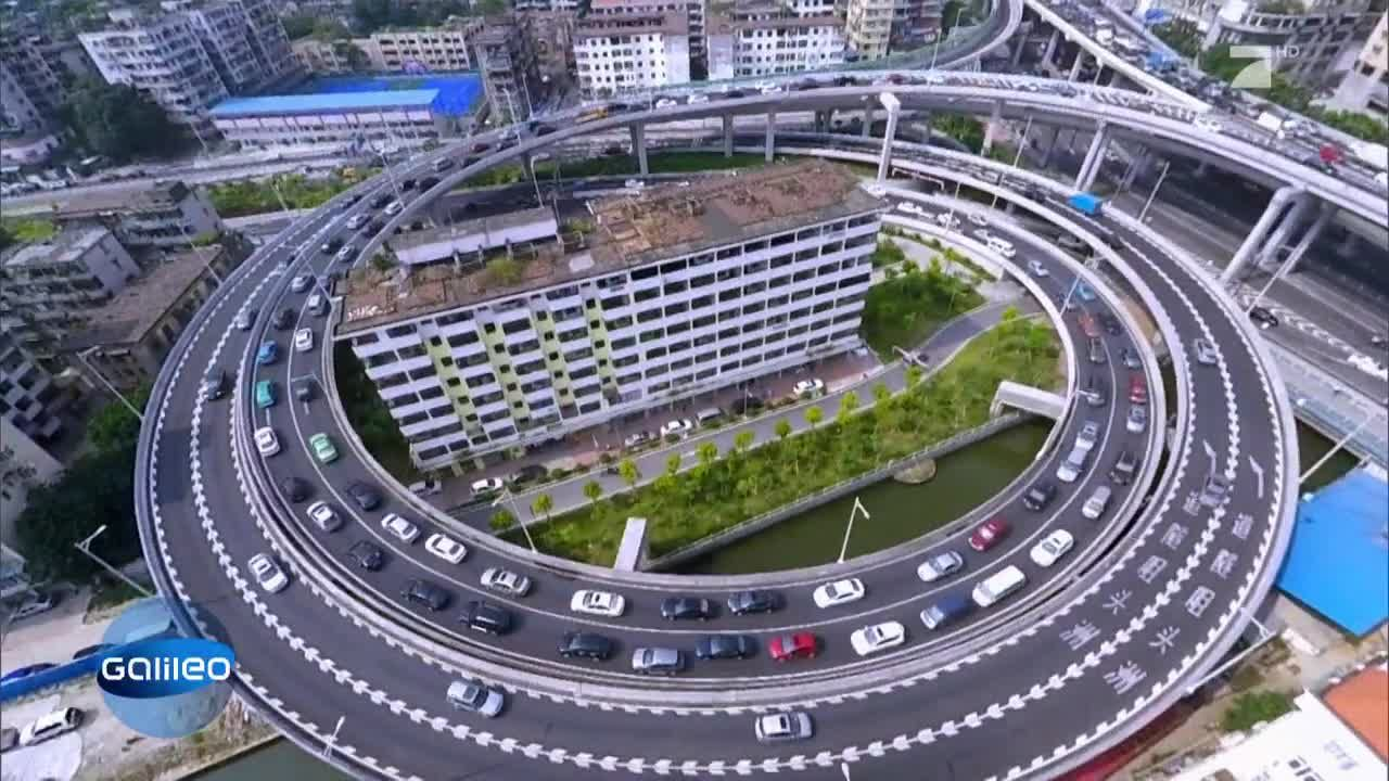 Verr cktes japan durch dieses hochhaus f hrt eine autobahn for Familienhaus berlin