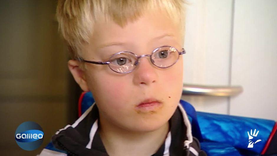 Junge mit Down Syndrom