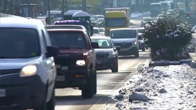 Wenn du diese Dinge mit deinem Auto im Winter nicht machst, droht dir eine saftige Bußgeld-Strafe