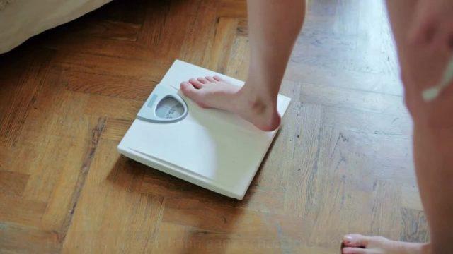 Falsch Wiegen: Wegen dieser fünf Fehler zeigt deine Waage mehr Gewicht an