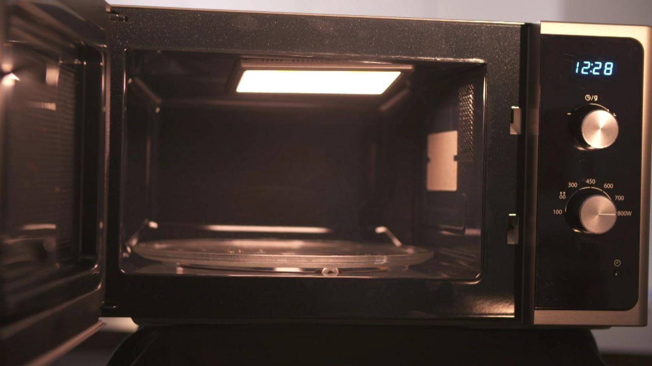 das passiert wenn du bestimmte dinge in deine mikrowelle steckst. Black Bedroom Furniture Sets. Home Design Ideas