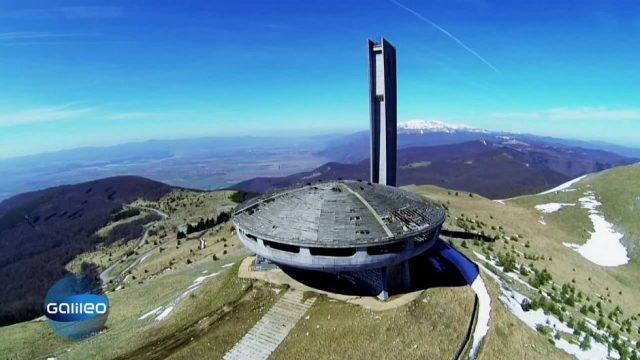 Deshalb steht hier mitten auf einem Berg ein riesiges Ufo