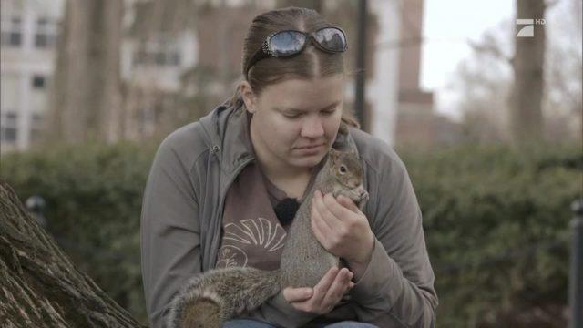Eine einzigartige Freundschaft: eine Autistin und ihr Eichhörnchen