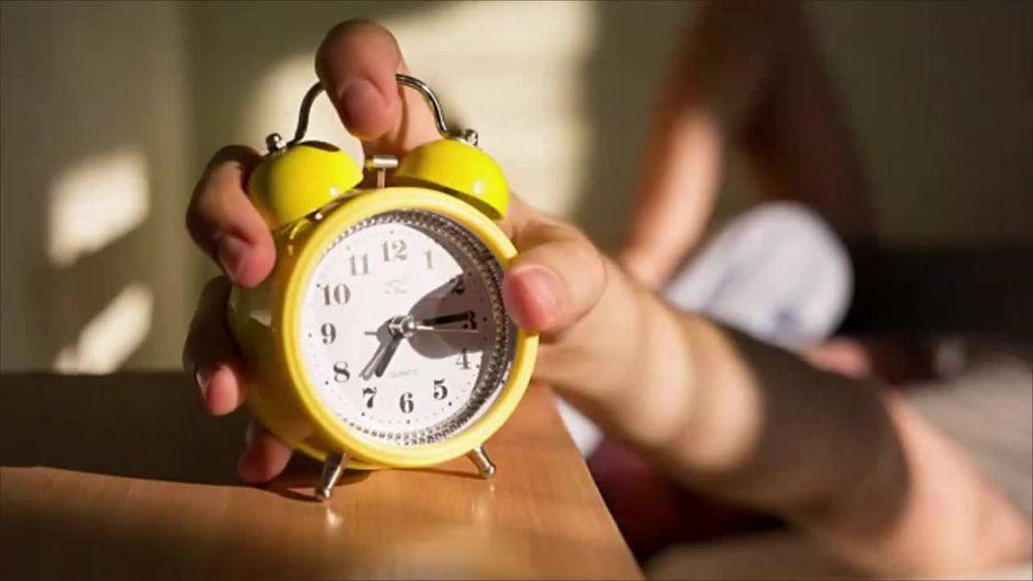 Von wegen 8 Stunden Schlaf: Um diese Uhrzeit solltest du ins Bett gehen, wenn du um 7 Uhr aufstehen musst