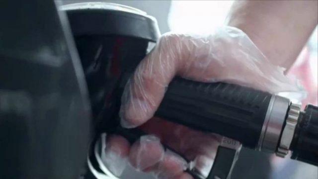 Warum gibt es Handschuhe an Diesel-Zapfsäulen - aber nicht bei Benzin?