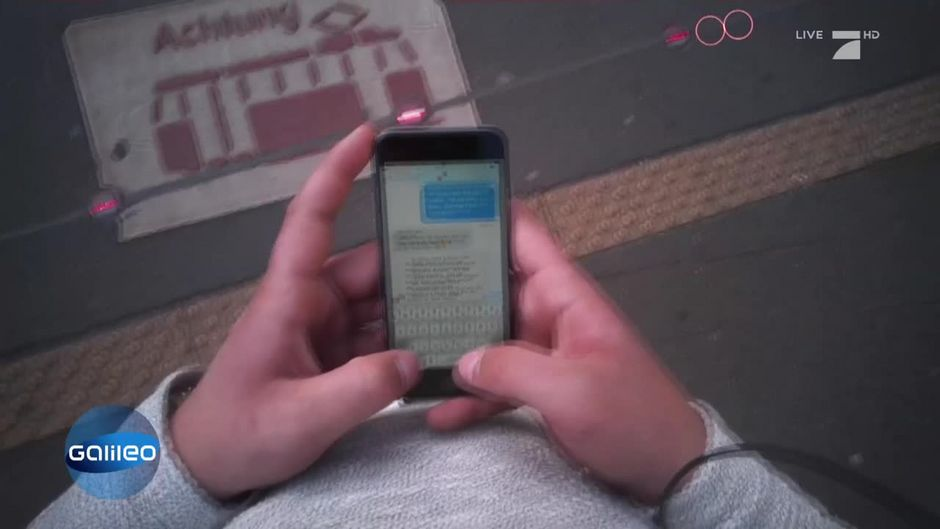 Ablenkungsgefahr Smartphone: Sorgen Bodenampeln für mehr Sicherheit?