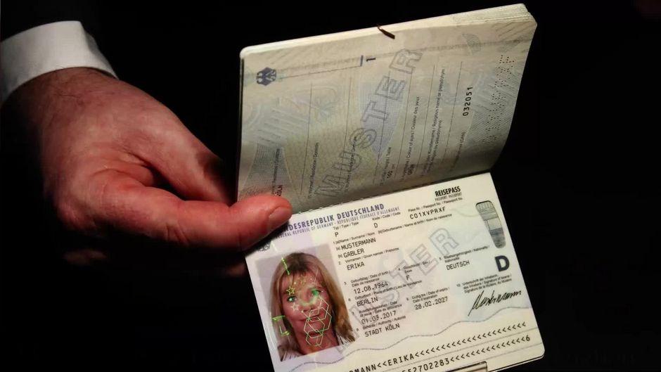 Muss man ihn wirklich immer dabeihaben? Das bedeutet die Ausweispflicht in Deutschland