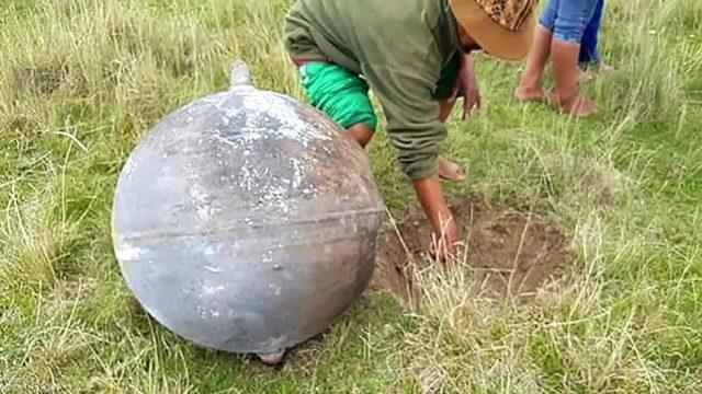 In Peru fallen riesige Metallkugeln vom Himmel