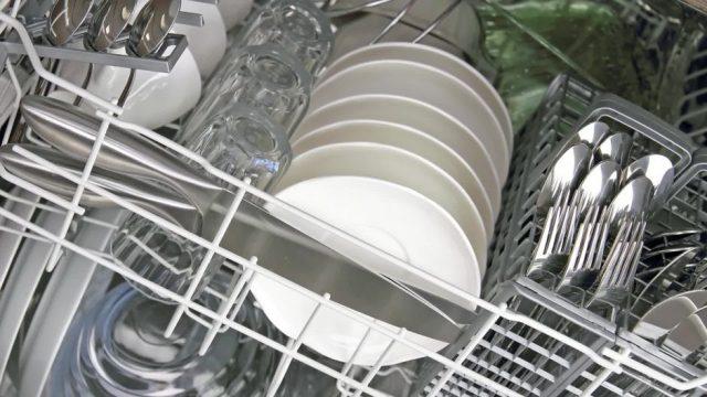 Spülmaschinen-Trick: So passen auch große Teller und Töpfe locker hinein