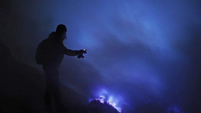"""""""Blauer"""" Vulkan Ijen erleuchtet Nachthimmel über Indonesien"""