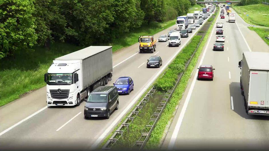 Schuhe an der Autobahn: Was steckt wirklich hinter dem Phänomen?