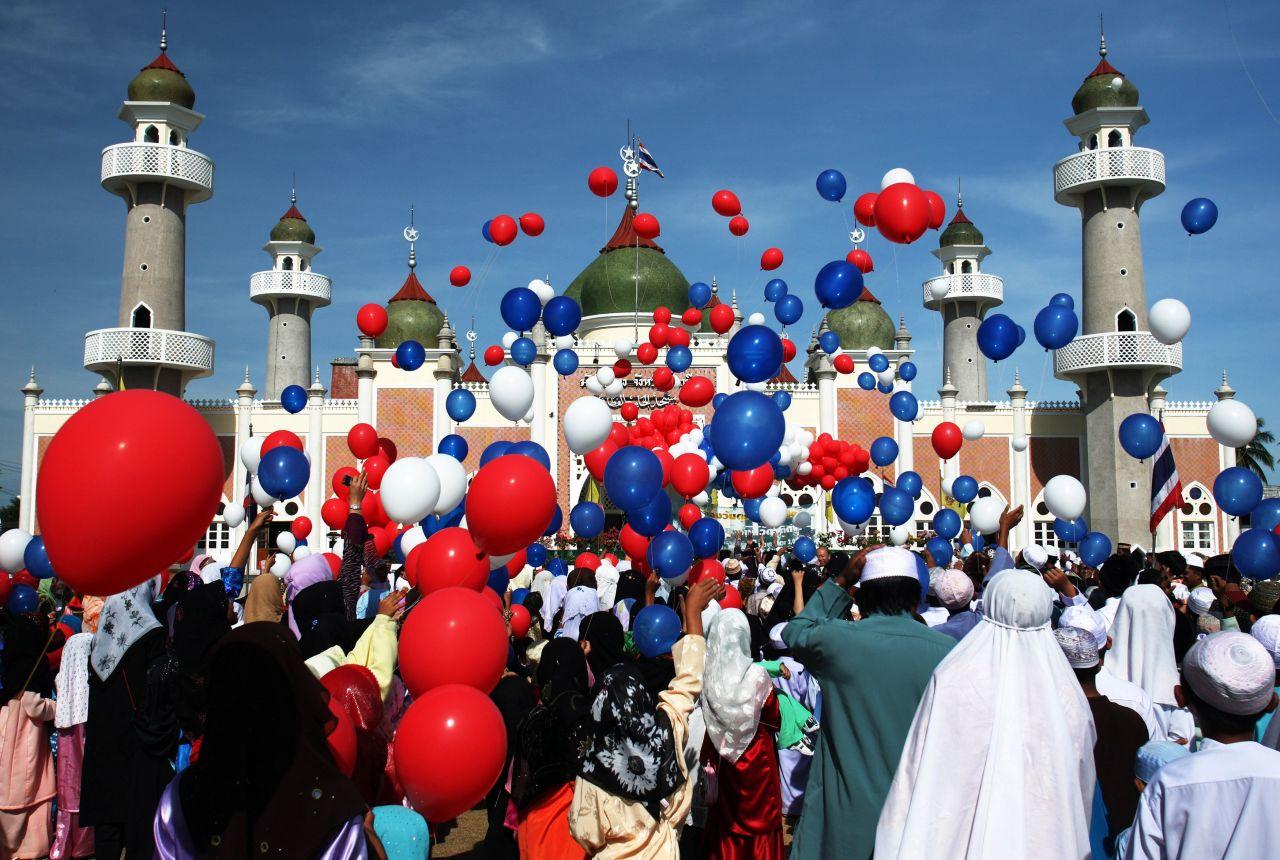 Das Fest des Fastenbrechens (Eid al-Fitr) beendet weltweit den Ramadan. Je nach Land und Region dauert es 2 bis 3 Tage. Die Gläubigen danken Allah dafür, dass sie das Fasten und die damit verbunden Anstrengungen und Aufgaben gemeistert haben. Gefeiert wird mit ausgiebigen Festessen, vielerorts finden Lichterumzüge, Musik- und Tanzveranstaltungen statt. Weil viele Süßigkeiten verschenkt werden, ist im Türkischen auch vom Zuckerfest (Şeker Bayramı) die Rede.