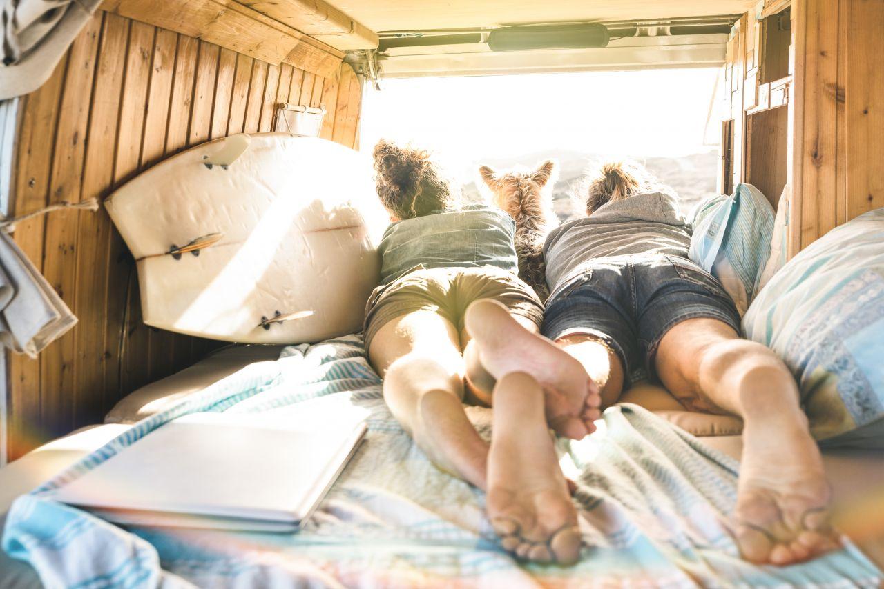 Pärchen in Camping-Bus