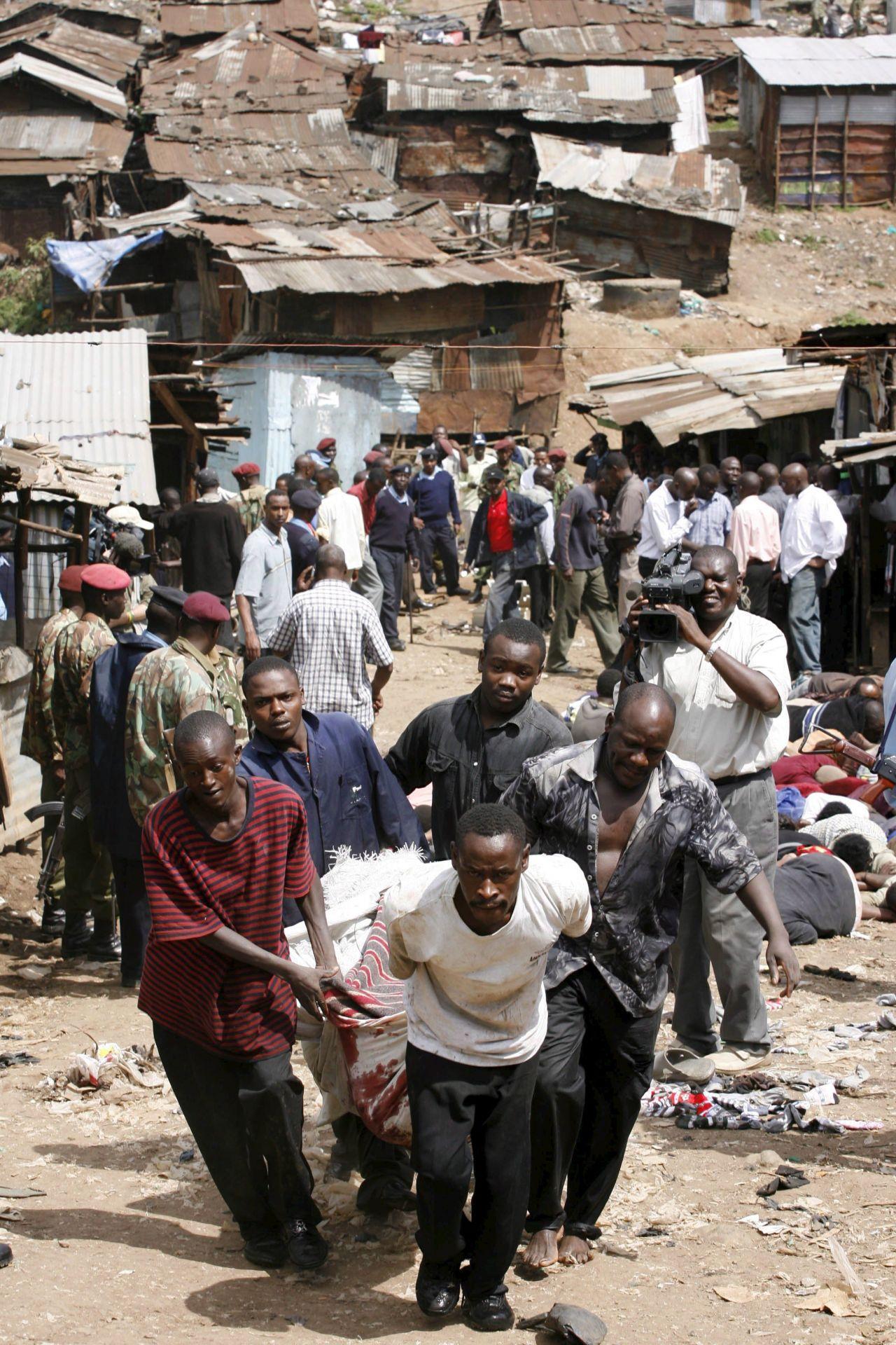 """Die """"Mungiki-Sekte"""" verbreitet in Kenia Terror. Sie stammt aus den Slums von Nairobi und war zunächst eine soziale Bewegung, die für Sicherheit sorgen und gegen Korruption vorgehen wollte."""