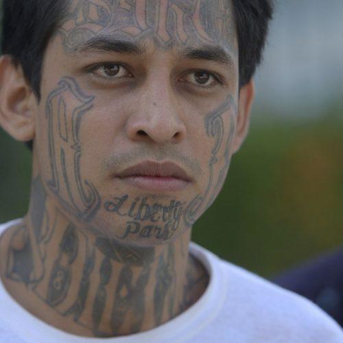 Dieser junge Mann ist Mitglied der Gang Mara Salvatrucha.