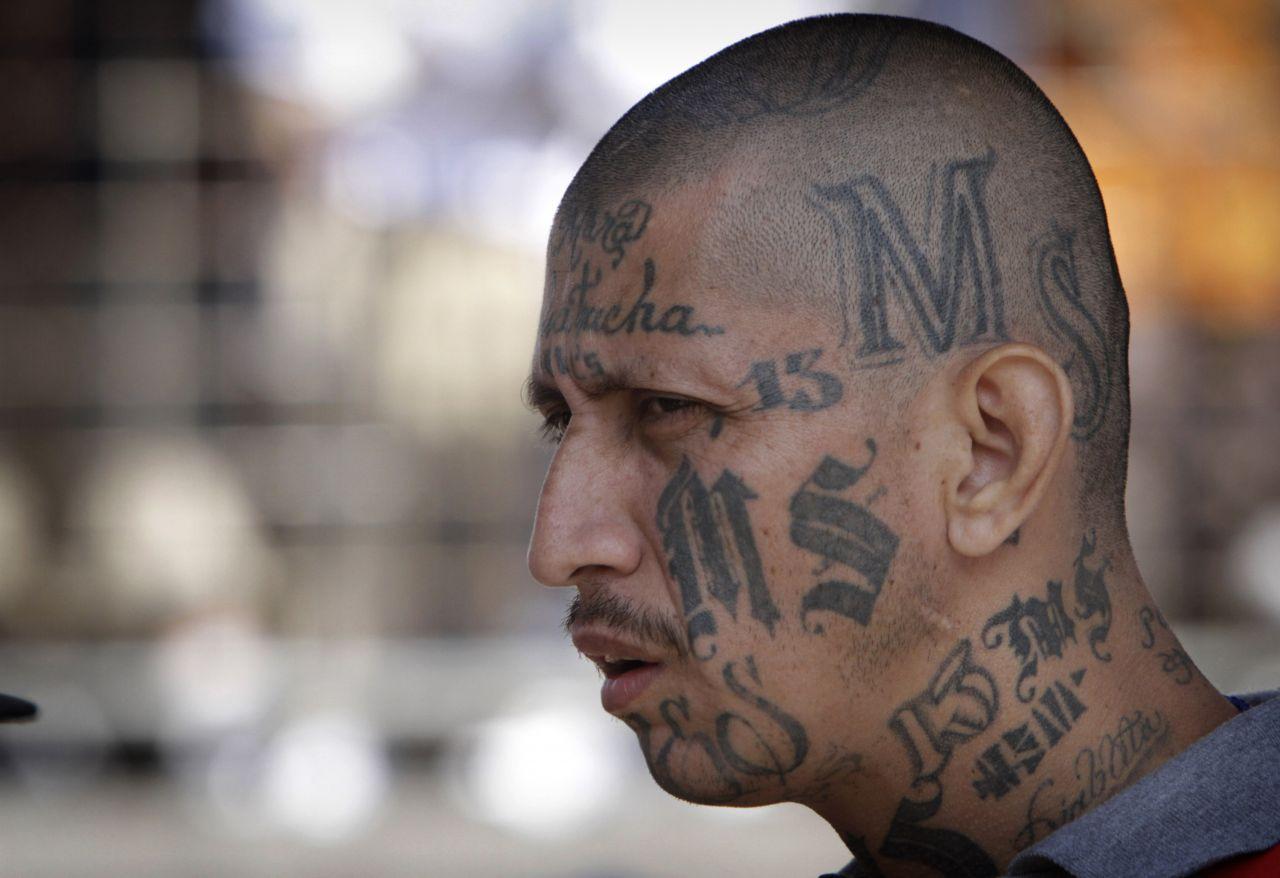 """Die """"Mara Salvatrucha"""" gilt als drittgrößte Bande auf dem amerikanischen Kontinent. Die Mitglieder nennen sich Maras und sind zumeist lateinamerikanischer Herkunft."""