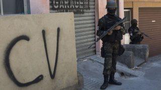 """CV steht für """"Comando Vermelho"""". Die Gang entstand Ende der 1970er Jahre in brasilianischen Gefängnissen und kontrolliert heute vor allem die Favelas von Rio de Janeiro."""