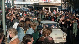 Am Grenzübergang Checkpoint Charlie überquerten DDR-Bürger in ihren Trabis die aufgehobene Grenze. Dort wurden sie von West-Berlinern begrüßt.