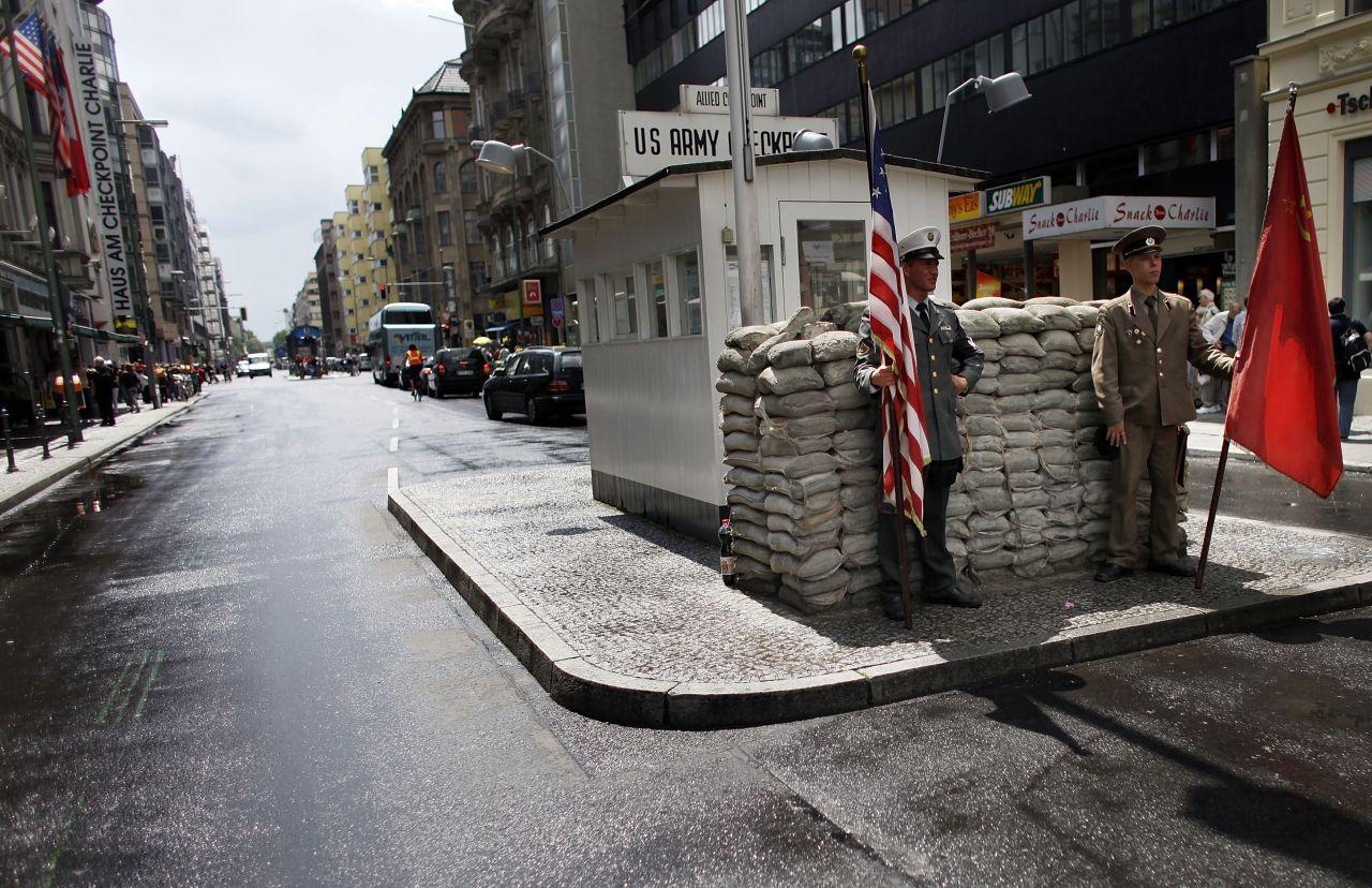"""""""Checkpoint Charlie"""" ist ein Touristen-Hotspot. Er verband den Ost-Bezirk Mitte mit dem West-Bezirk Kreuzberg."""