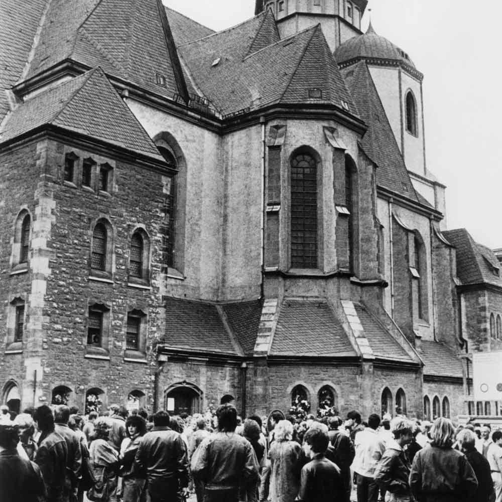 Die Sehnsucht vieler DDR-Bürger nach Freiheit wuchs. Ab 1982 trafen sie sich montagabends zu Friedensgebeten in der Leipziger Nikolaikirche.