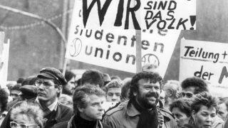 """""""Wir sind das Volk"""" wurde zum Schlachtruf der Demonstranten als Antwort auf Polizisten und Stasi-Mitarbeiter, die sich ihnen in den Weg stellten."""