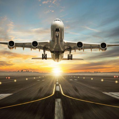 Ein Flugzeug startet von der Landebahn.