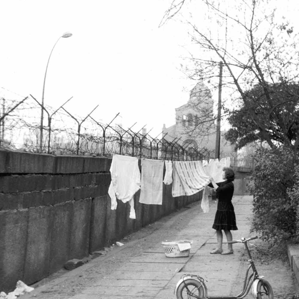 Wahrscheinlich das einzige Bild auf dem die Mauer einen praktischen Nutzen hatte: als Wäscheständer.