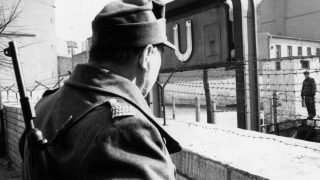 Grenzsoldaten standen sich an der Berliner Mauer gegenüber.