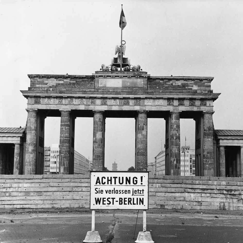 """""""Achtung! Sie verlassen jetzt West-Berlin"""" verkündete ein Schild vor dem Brandenburger Tor."""