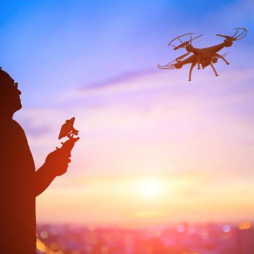 Mann fliegt eine Drohne