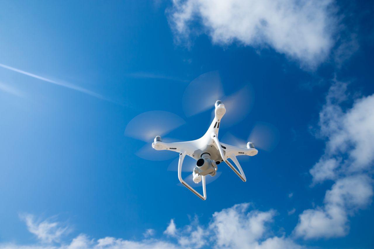 Drohne schwebr in der Luft