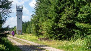 Ein ehemaliger Wachturm steht im Grenzmuseum Sorge. Es liegt am Grünen Band in Sachsen-Anhalt.