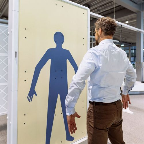 Mann vor Körperscanner