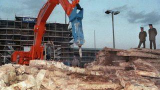 Ein Presslufthammer riss die Berliner Mauer vor dem Brandenburger Tor ab.