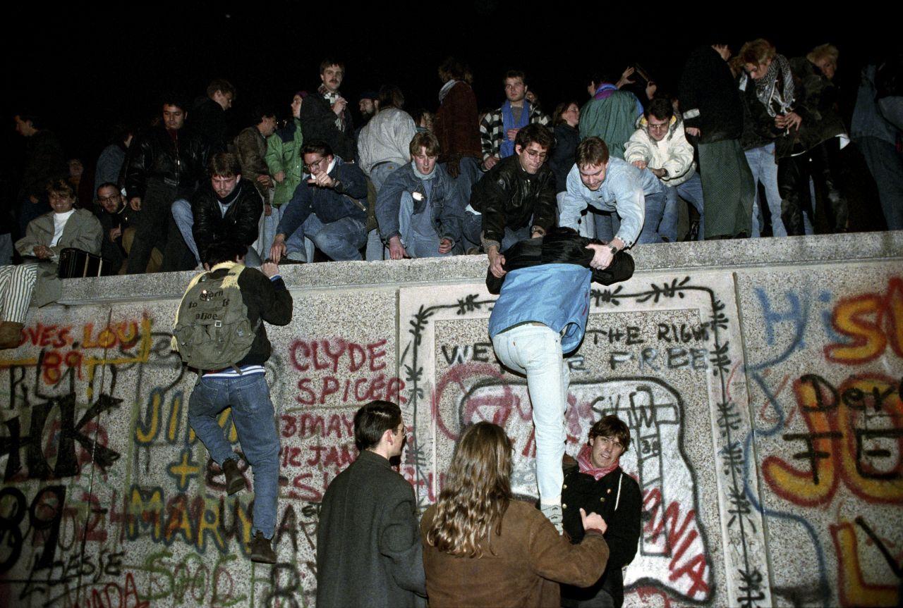 Der 9. November 1989 geht in die Geschichte ein. Auf Drängen der DDR-Bevölkerung fiel die Berliner Mauer und die innerdeutsche Grenze.