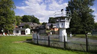Durch das 40-Einwohner-Dorf Mödlareuth verlief die innerdeutsche Grenze. Neben einem Beobachtungsturm können auch Teile der Betonmauer besichtigt werden.