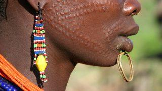 Skarifizierungen sind bei vielen afrikanischen Stämmen beliebt. Sie symbolisieren den Familienstand und den Status einer Frau. Oft dienen sie auch nur der Körperverschönerung.