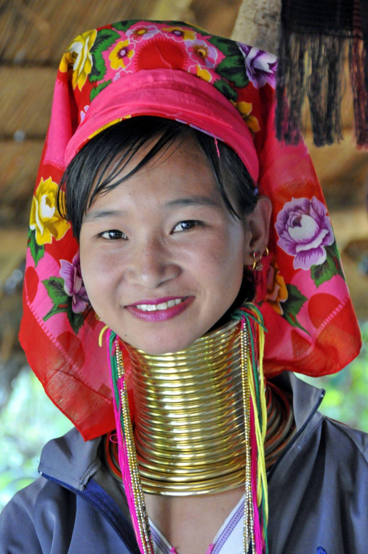 Der Halsschmuck des Padaung-Volkes wird von den Frauen nie abgenommen und kann bis zu 10 kg schwer werden.
