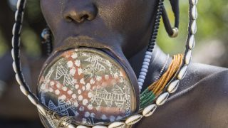 Mit der Größe der Lippenteller wird im Mursi-Stamm (Äthiopien) der Status der Frau unterstrichen.