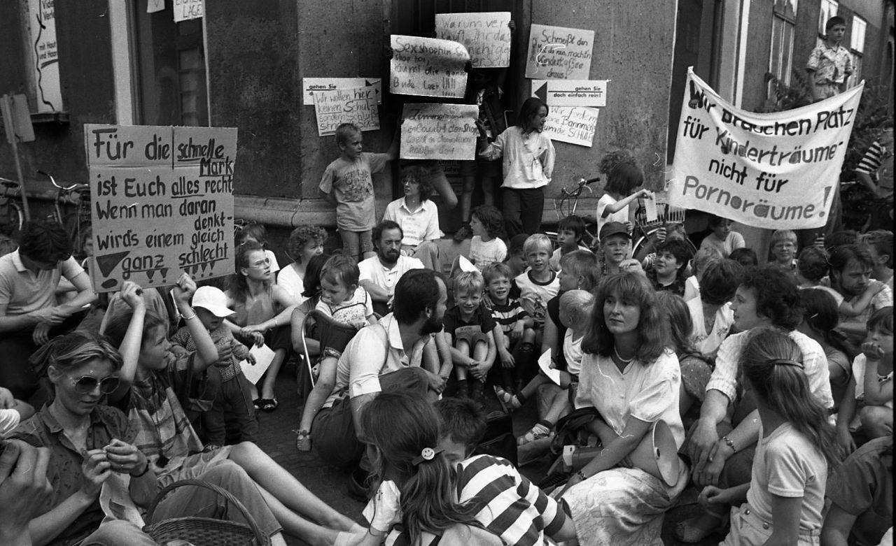 Die Wende bescherte der Bevölkerung ungewohnte Freizügigkeit. Leipziger Schüler, Eltern und Lehrer protestierten im Juni 1990 gegen einen Porno-Shop in ihrem Schulviertel.