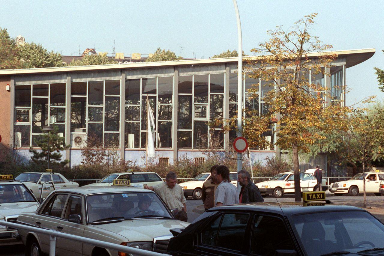"""In der Ausreisehalle am Bahnhof Friedrichstraße wurde viel geweint: DDR-Bürger verabschiedeten im """"Tränenpalast"""" ihren BRD-Besuch."""