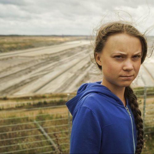 Greta Thunberg blickt kritisch in die Kamera