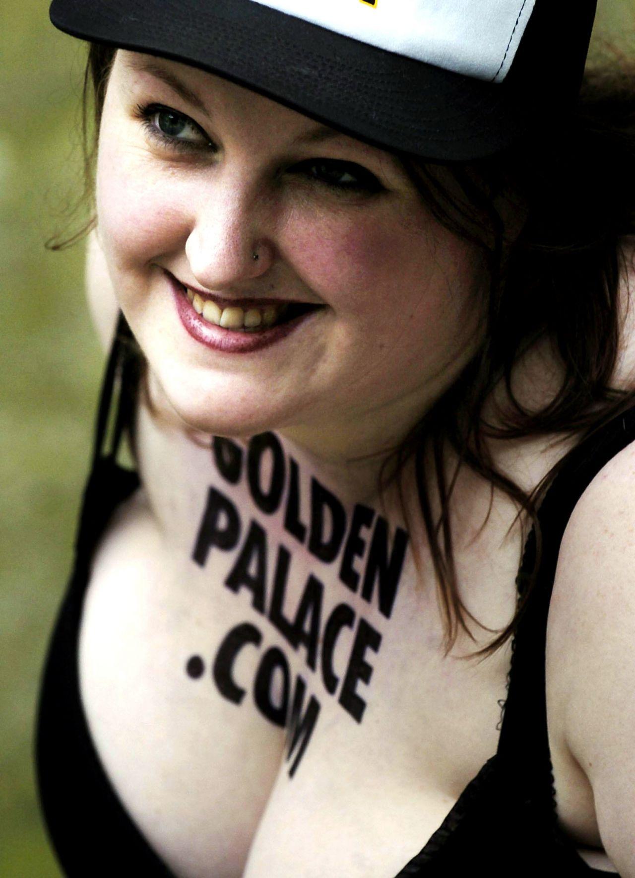 Frau versteigert auf Ebay ihre Brust als Werbefläche