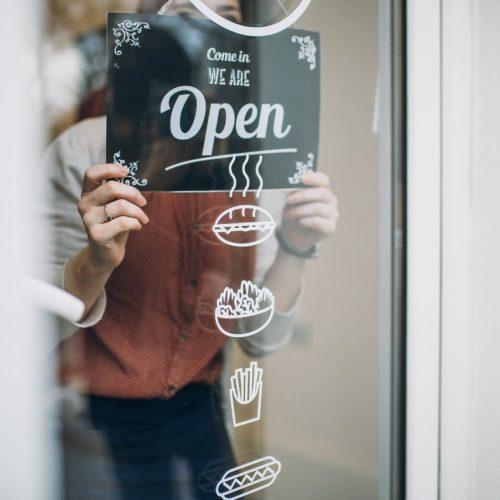 Schild mit Öffnungszeit