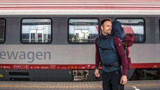 Christo Foerster vor einem Zug am Bahnhof