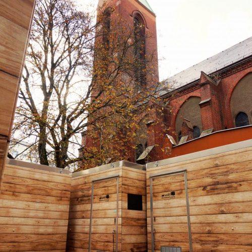 8 Holzhütten für Berliner Obdachlose vor Kirche