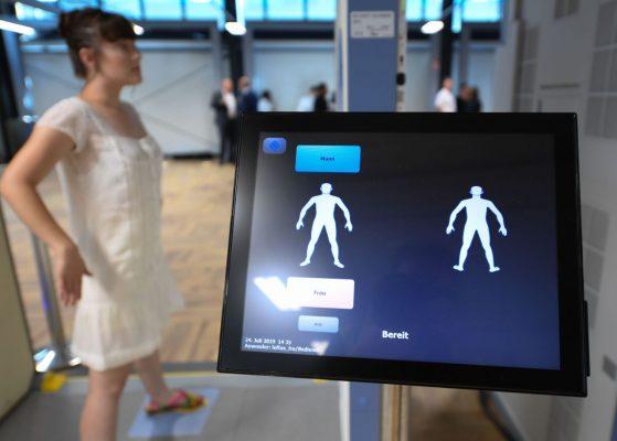Personen im Körperscanner werden als Piktogramm dargestellt.
